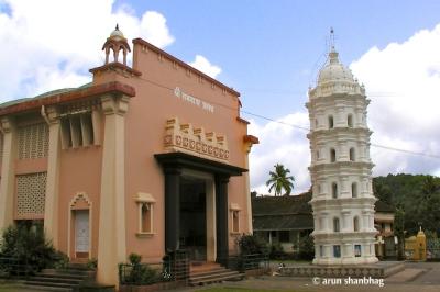 Main entrance and Deepa Sthamba (light tower) at the Ramnathi Devasthan, Goa