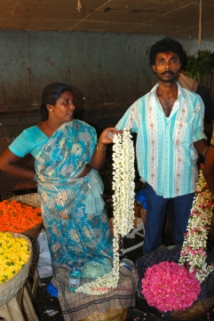 """pictures of Selling """"haar"""" or stringers at the Dadar Flower Market, Mumbai by Arun Shanbhag"""