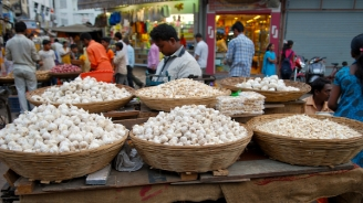 Garlic Varieties, bulbs or separated in cloves sold on the street