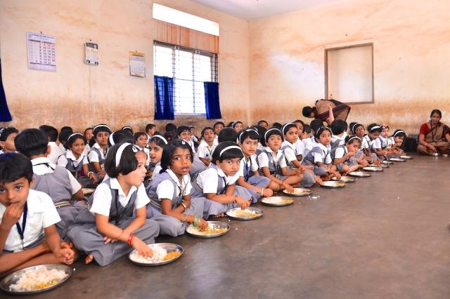 photos of kindergarten tudents eating lunch at Saraswati Vidya Kendra Kumta by Arun Shanbhag
