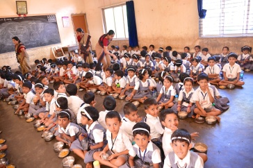 photos of Kindergarten Students eating lunch at Saraswati Vidya Kendra Kumta by Arun Shanbhag
