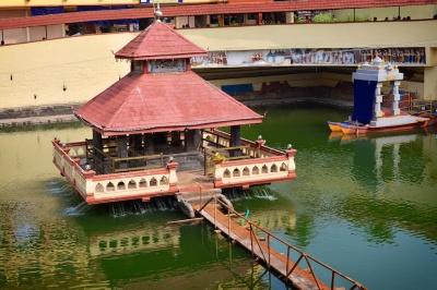 Photos of the water tank beside the Shri Krishna Muth, Udupi, Karnataka by Arun Shanbhag